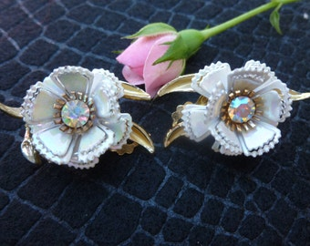 Great Vintage White flower and Rhinestone clip Earrings.