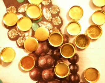24 Vintage Brass 10mm Round Settings