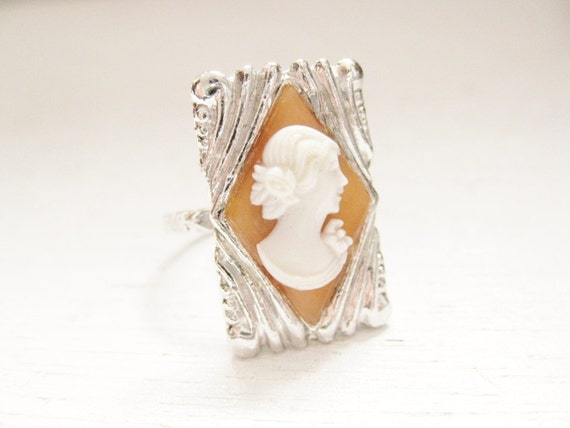 vintage 1940s cameo ring. ladies cocktail silver costume jewelry. DEMURE.