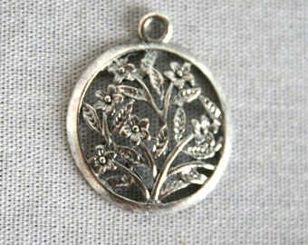 5 Silver Round Lovely Floral Charms/Pendants CS-0002
