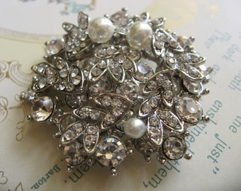 Lovely round Victorian pearls and rhinestone crystals brooch pin