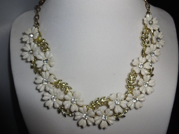Vintage 1950s Thermoset White Flower Gold Tone Link Necklace