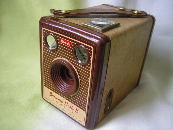 Immaculate Kodak Brownie vintage box camera. Uses 120 roll film. Ready for use with FREE film