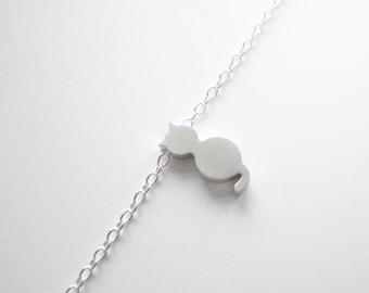 Silver bracelet with tiny cat bead pendant