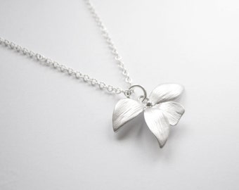 Elegant necklace with silver leaves on silver chain