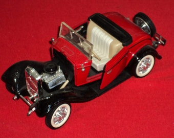 1932 1:24 Scale Ford Cabriolet V8 Diecast Model