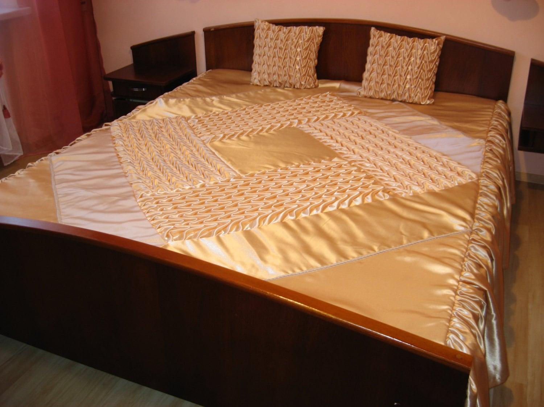 Couvre lit queen avec deux oreillers housses fum beige for Drap housse traduction