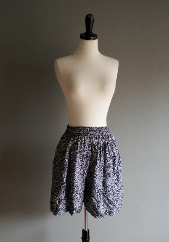 SALE- 80s black and white abstract flowy CULOTTE petite pocket shorts (s-m)