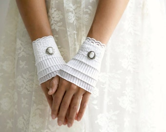 Short white gloves, lace cuffs, wedding gloves, White Ruffled cuffs