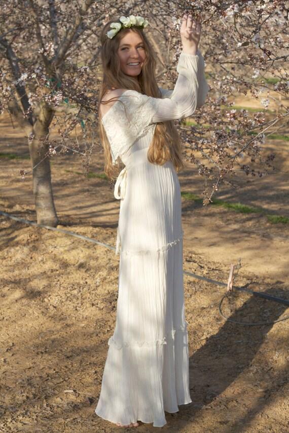 Off the shoulder long sleeve ivory vintage wedding dresses for Vintage off the shoulder wedding dresses