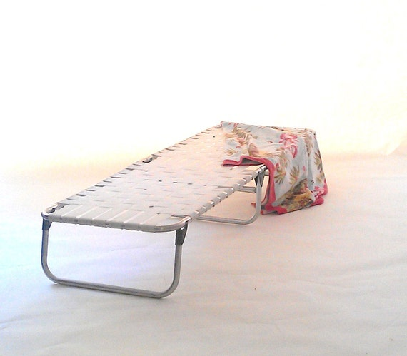 Reserved vintage aluminum webbed chaise lounge patio lawn for Aluminum web chaise lounge