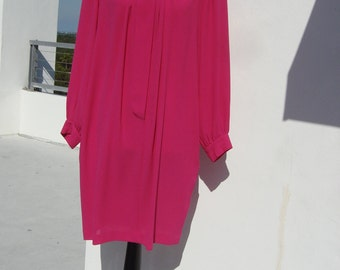 Vintage very Samantha in sex and the city bright pink dress with gold and pearl button