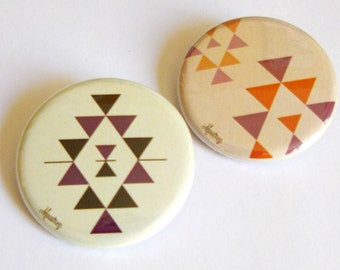 2 badges motifs violets