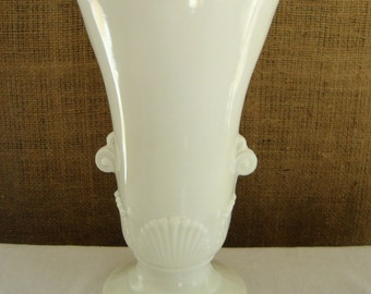 VINTAGE VITROCK Nouveau Shell White Milk Glass Sea Shell Vase Pedestal White Bouquet Center Piece Scallop Sea Clam Shell Vase Wedding Decor