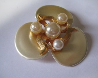 Pearl and Goldtone Metal Tin Pin 60s Flower Power Pin