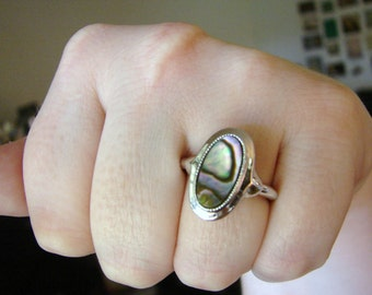 Vintage silver ring with shell center stone- size 5 to 9