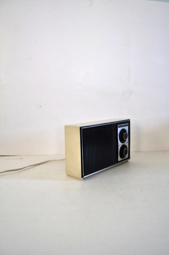 small vintage radio off white black ge general electric. Black Bedroom Furniture Sets. Home Design Ideas