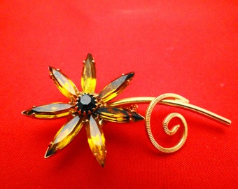 "Vintage rhinestone flower gold tone brooch 2"" in great condition"