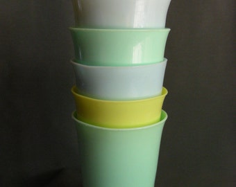 Set of 6 vintage plastic cups