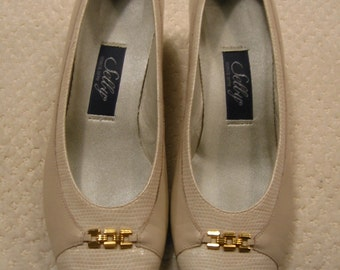 vintage womens cream Selby heels size 7 1/2  B/2A - -  only worn once - - made in the USA