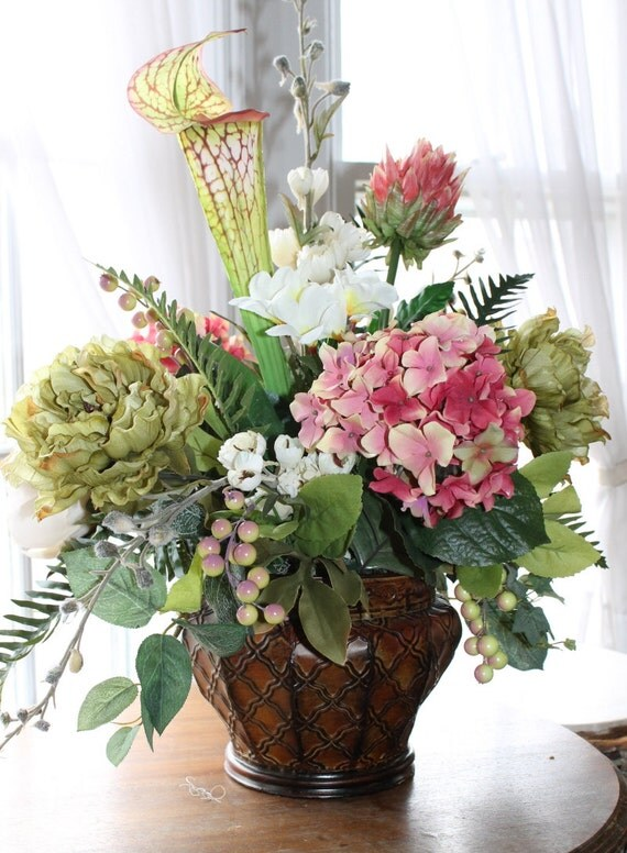 Mauve and pale green floral centerpiece
