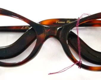 Tortoise  eyewear,frames severly cool in a devil woman fashion L Evrard