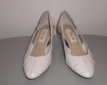 Vintage WHITE LEATHER Nicole Heels. size 7 1/2. 80s heels. white. classic