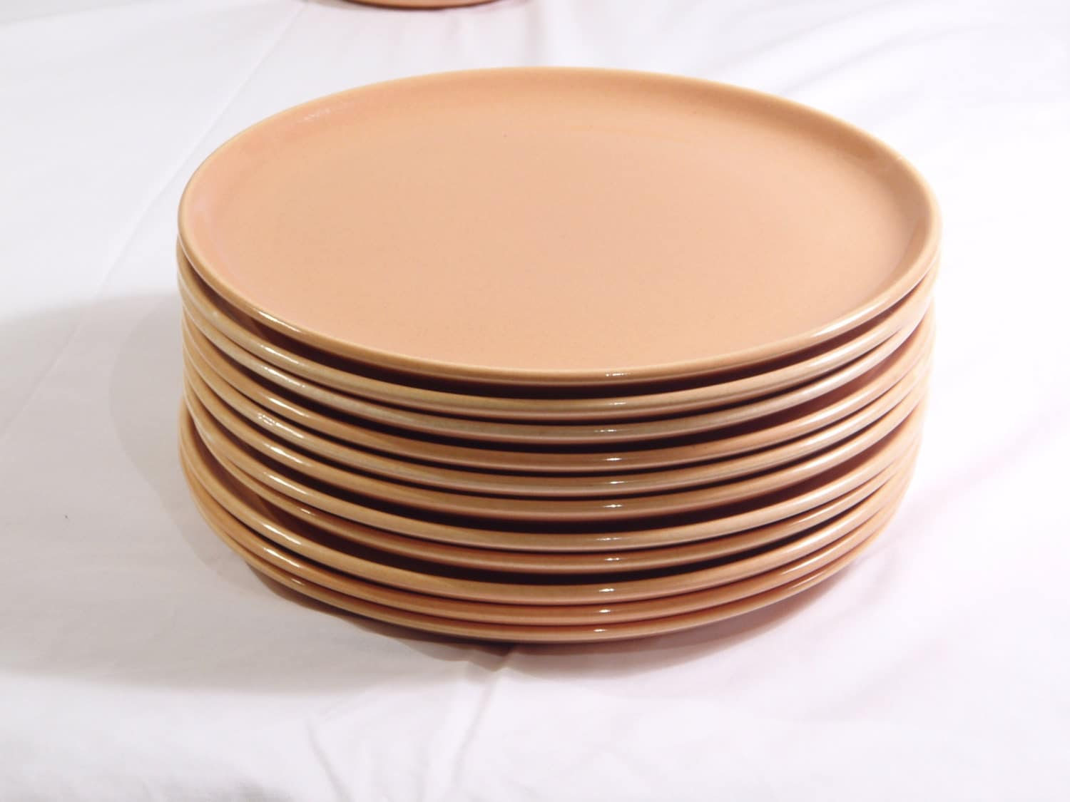 american modern dinnerware by russel wright design for everyone Russel wright is an icon of mid century industrial design perhaps most known for his dinnerware, he designed furniture and other housewares as well wright brought modernism into the average american home, often via the family dinner table take a look at the sophisticated color palette and graceful.