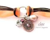 Bracciale Pesca in organza e  pelle marrone. Bracciale ciondoli cuore. Bracciale perle rosa per la Festa della Mamma.