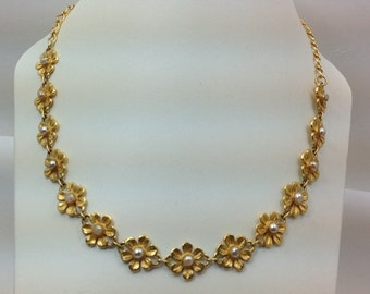 Beautiful vintage costume jewelry necklace