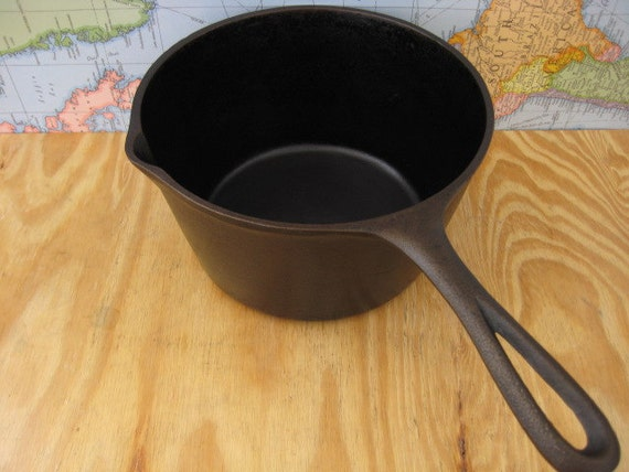 Unmarked lodge cast iron deep fat fryer or boiler pot for Cast iron fish fryer