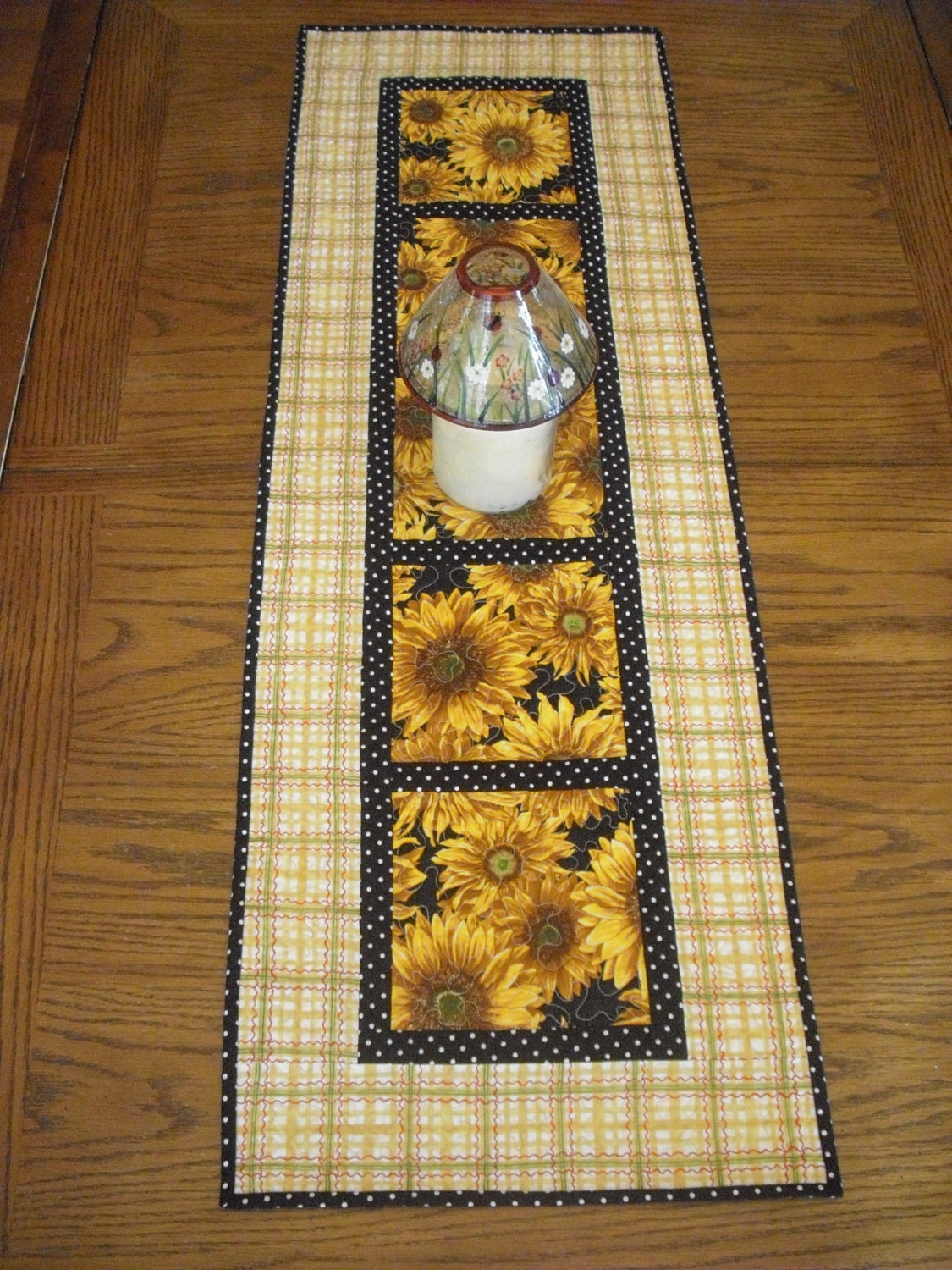 Beautiful sunflower quilted table runner for Table runner quilt design