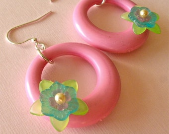 Bubble Gum Pink Floral Go-Go Hoop Lucite Earrings, Vintage Plastic Floral Hoops, Retro Hoop Earrings, Summer Picnic