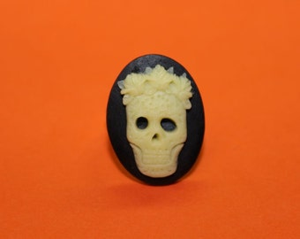 Medium Pale Yellow Flower Crown Skull Cameo Ring
