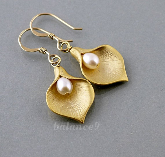 Gold flower earrings, Calla lily earrings, jewelry gift, flower pearl drop dangle, bridesmaid wedding gift, everyday jewelry, by balance9