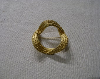Open Ribbon Wreath Circular Pin / Brooch