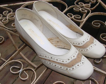 Vintage 1980s Era CALIFORNIA MAGDESIANS Bone Colored Leather Shoes with Cork Heel Size 6M