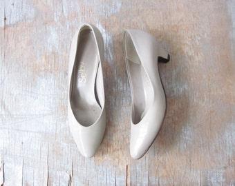 80s gray pumps, vintage 1980s low heel shoes, size 6 shoes