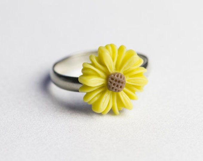 Butter yellow, adjustable daisy ring.