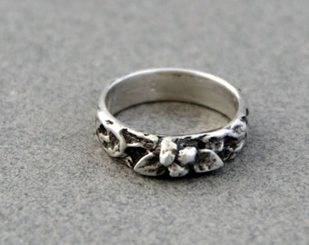 Victorian Silver Ring - Berries and Leaf - Fine Silver Carved Ring - Size 6 Ring
