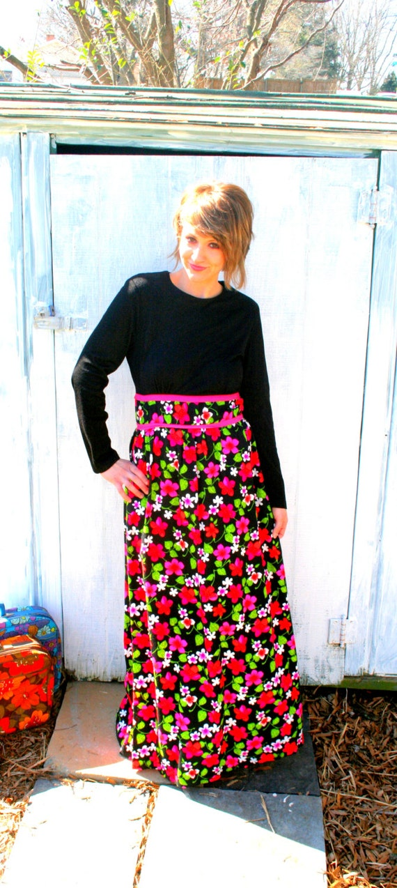 1970s Vintage RETRO FLORAL Pink and Black Maxi Dress.....size small to medium.....mod. classic. 70s dress. maxi. floral. bright. colorful