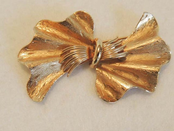 Vintage Large Textured Goldtone BOW PIN / BROOCH... Coro