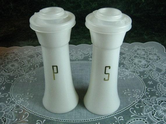 Vintage tupperware salt pepper shaker set for Vintage tupperware salt and pepper shakers