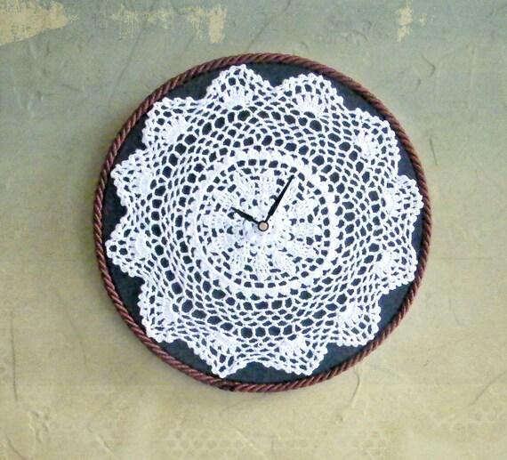 Декор циферблата ажурной вязаной салфеткой