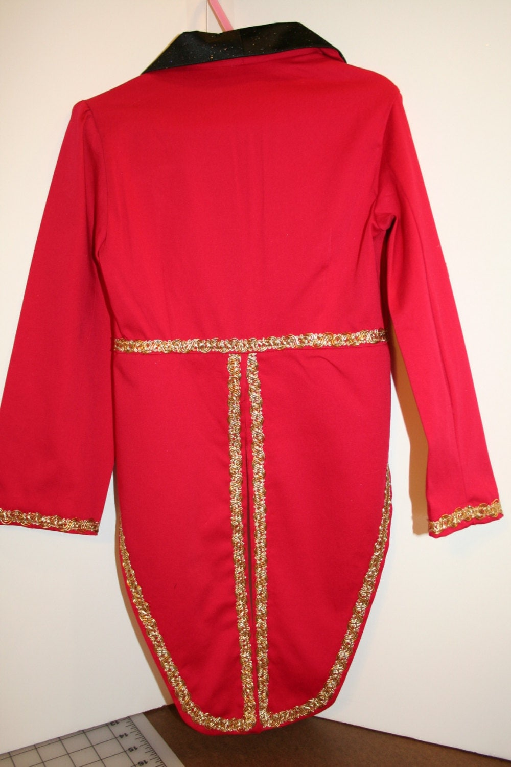 This Freak Show Vintage Cropped Red Ringmaster Jacket is a scary twist to your women's circus ringmaster costume! Featuring hand-stained fabric for a vintage feel, this red tailcoat has skull buttons, gold epaulettes, striped satin cuffs, and flame detail on the wrists.