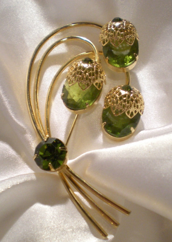 Sarah Coventry A touch of elegance green rhinestone brooch