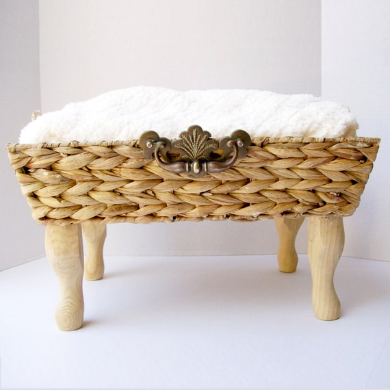 Natural Cream and Wicker Pet bed with Soft Chenille Fabric and Wooden Legs - for Cats or Small dogs