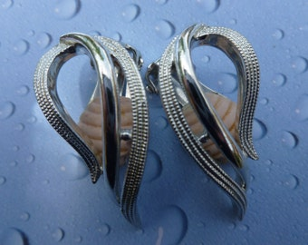 Sarah Coventry Silver swirl clip earrings.(89)