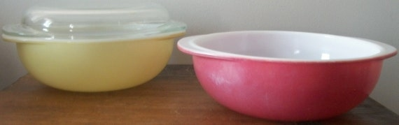 Pair of Pyrex 2 qt Casserole Mixing Bowls with Glass Lid Pink and Yellow