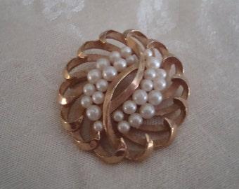 Item is now on sale!  Vintage Trifari Crown Gold Tone Large Pearl Brooch